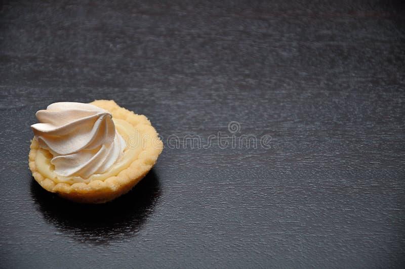 Una pequeña tarta del merengue del limón imagen de archivo libre de regalías