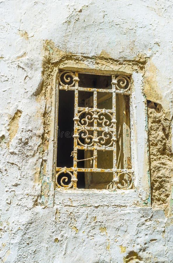 Una pequeña ventana con la parrilla vieja, Sfax, Túnez fotografía de archivo