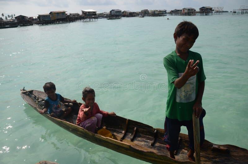 Una pequeña vida del ` s del niño en el océano, ` u del pala de Sabah Bajau imágenes de archivo libres de regalías