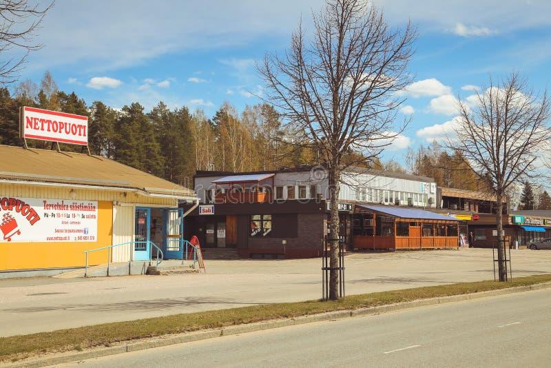 Una peque?a ciudad en Finlandia, un caf? del borde de la carretera, coches en el camino y tiendas D?a de verano de la ciudad finl fotografía de archivo