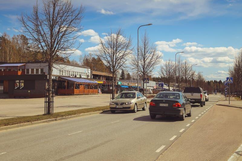 Una peque?a ciudad en Finlandia, un caf? del borde de la carretera, coches en el camino y tiendas D?a de verano de la ciudad finl imágenes de archivo libres de regalías