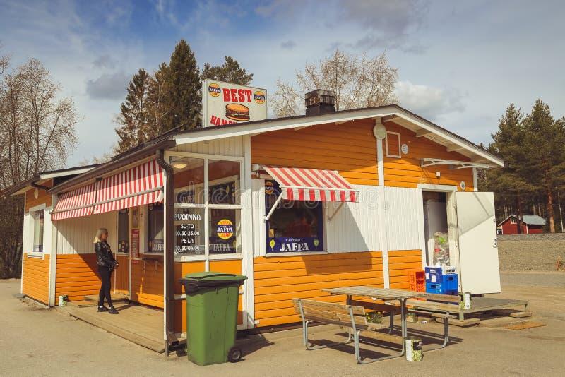 Una peque?a ciudad en Finlandia, un caf? del borde de la carretera, coches en el camino y tiendas D?a de verano de la ciudad finl fotografía de archivo libre de regalías
