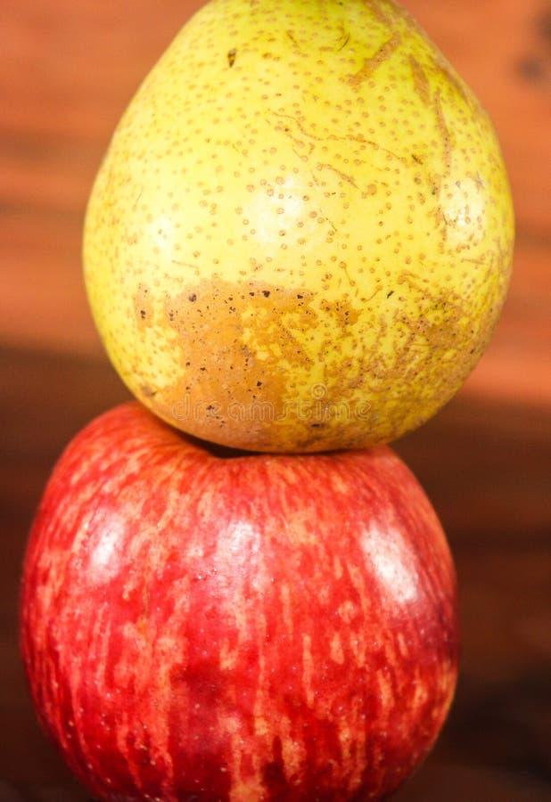 Una pera di due frutta e mela rossa immagini stock