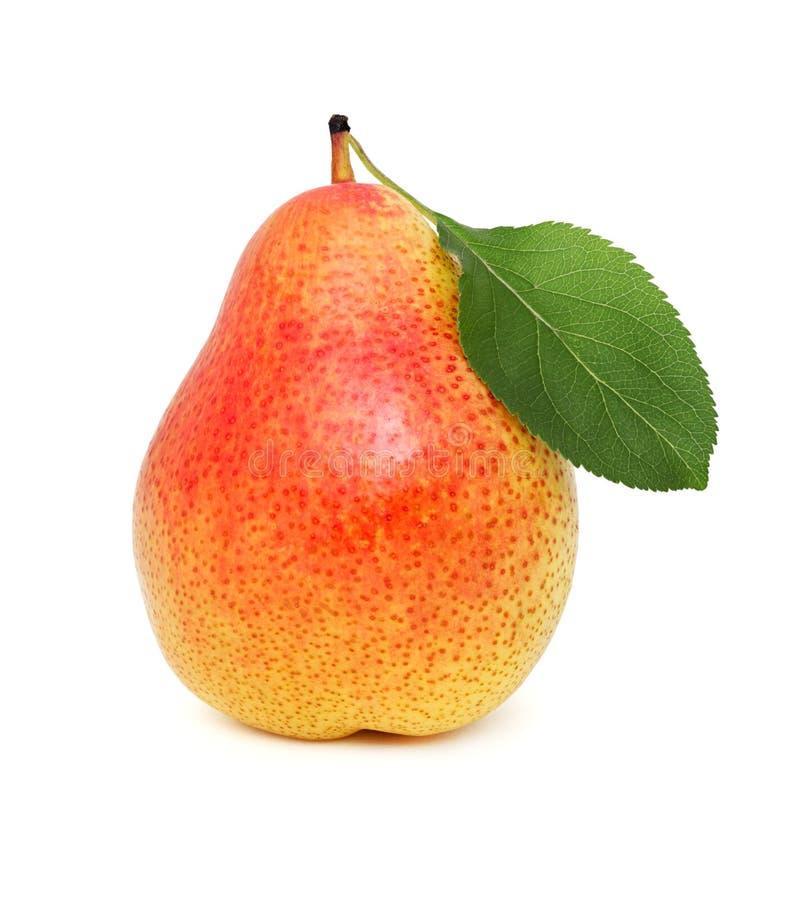 Una pera madura con la hoja verde (aislada) foto de archivo