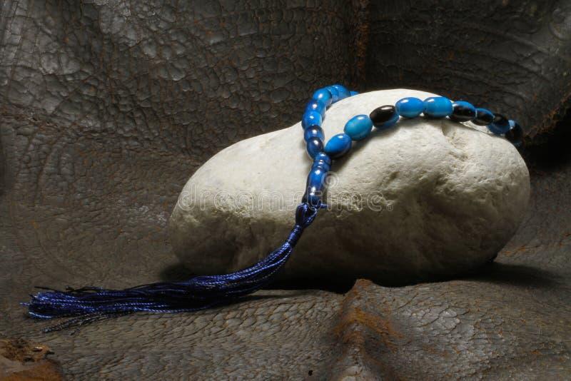 Una perla colocada en una piedra fotografía de archivo libre de regalías