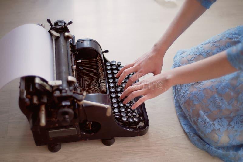 Una persona creativa, autore dei libri, scrittore dei bestseller, un giornalista che scrive su una vecchia macchina da scrivere I immagini stock