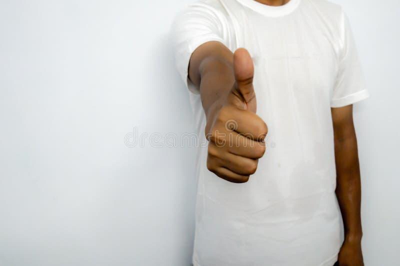 Una persona del negocio que muestra golpes para arriba, cerca para arriba imagenes de archivo