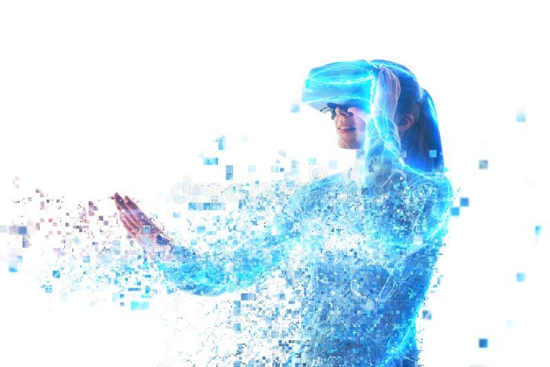 Una persona en vidrios virtuales vuela a los pixeles Concepto futuro de la tecnología foto de archivo