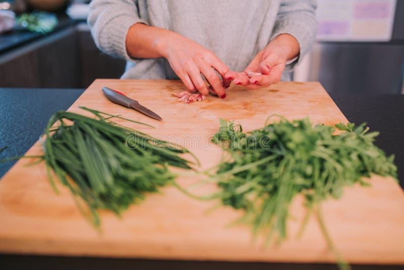 Una persona est? cocinando verduras imagen de archivo libre de regalías