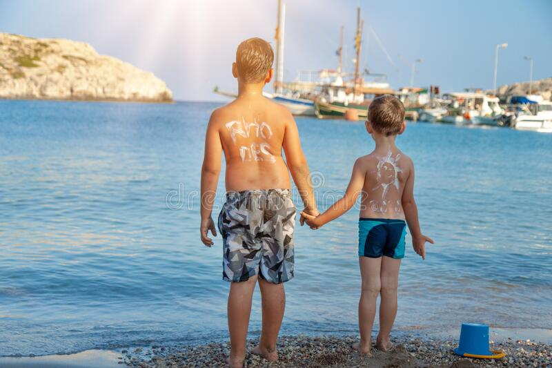 Una persona in piedi di fronte a una spiaggia fotografia stock