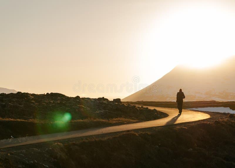 Una persona que camina en una trayectoria estrecha en el campo imágenes de archivo libres de regalías
