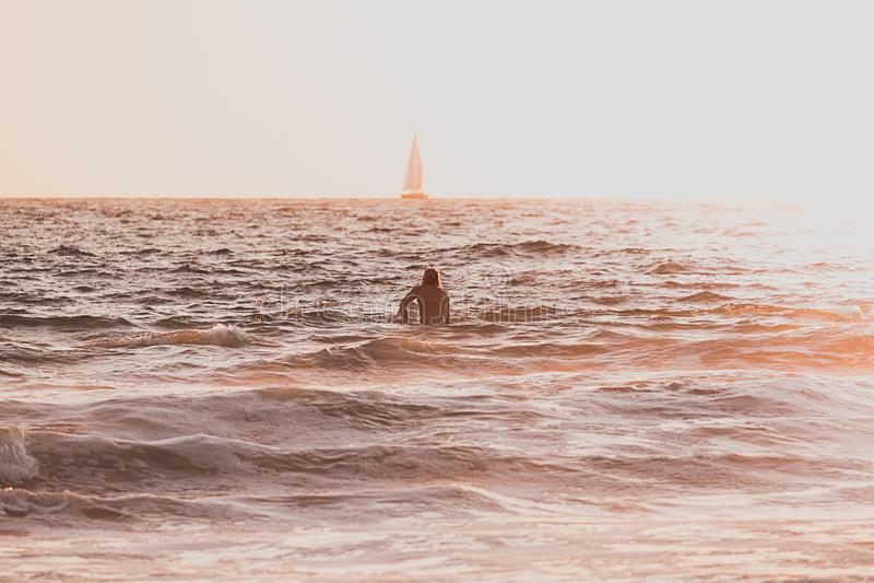 Una persona que nada en el mar imagen de archivo libre de regalías