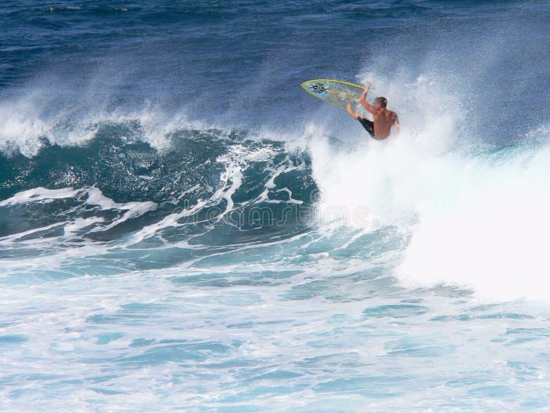 Una persona que practica surf coge el aire en Maui fotografía de archivo
