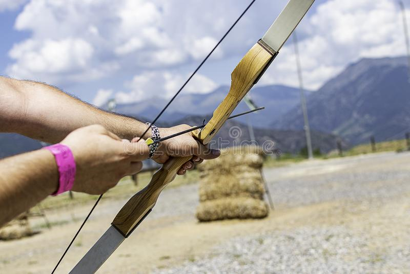 Una persona que señala con un arco y una flecha imágenes de archivo libres de regalías