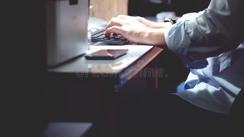 Una persona que trabaja en el equipo de escritorio imagen de archivo libre de regalías