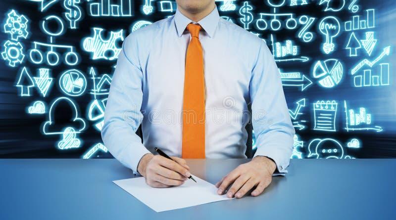 Una persona sta andando annotare qualcosa sul Libro Bianco immagini stock