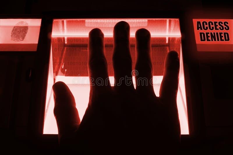 Una persona utiliza un escáner de la huella dactilar , para desbloquear un computersystem El sistema niega su entrada - acceso ne fotografía de archivo libre de regalías