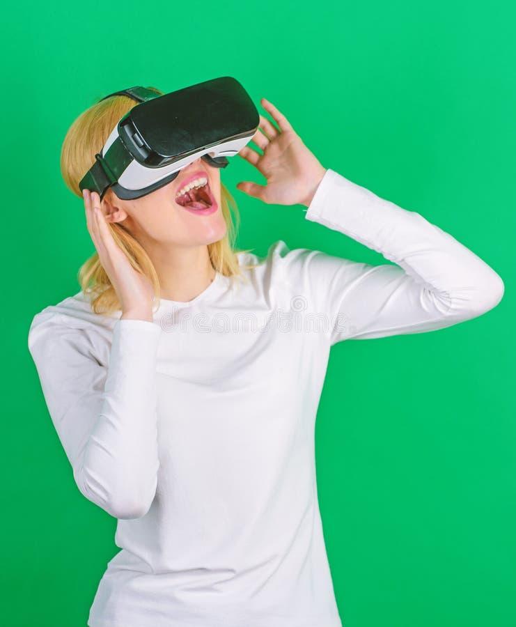 Una persona in vetri virtuali vola nello spazio della sala Persona con il casco di realt? virtuale isolato su fondo verde Donna fotografia stock libera da diritti