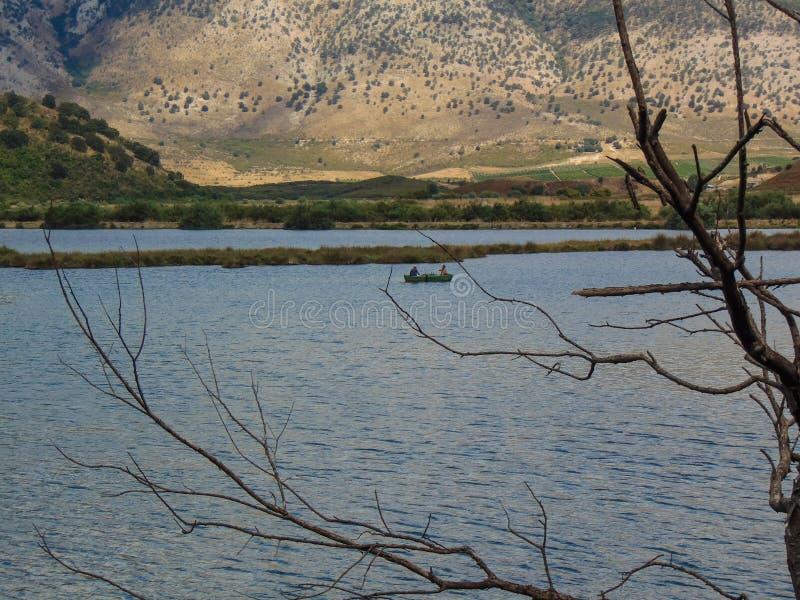 Una pesca di due pescatori nel lago Butrint fotografia stock libera da diritti