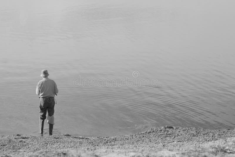 Una pesca solitaria del hombre fotografía de archivo