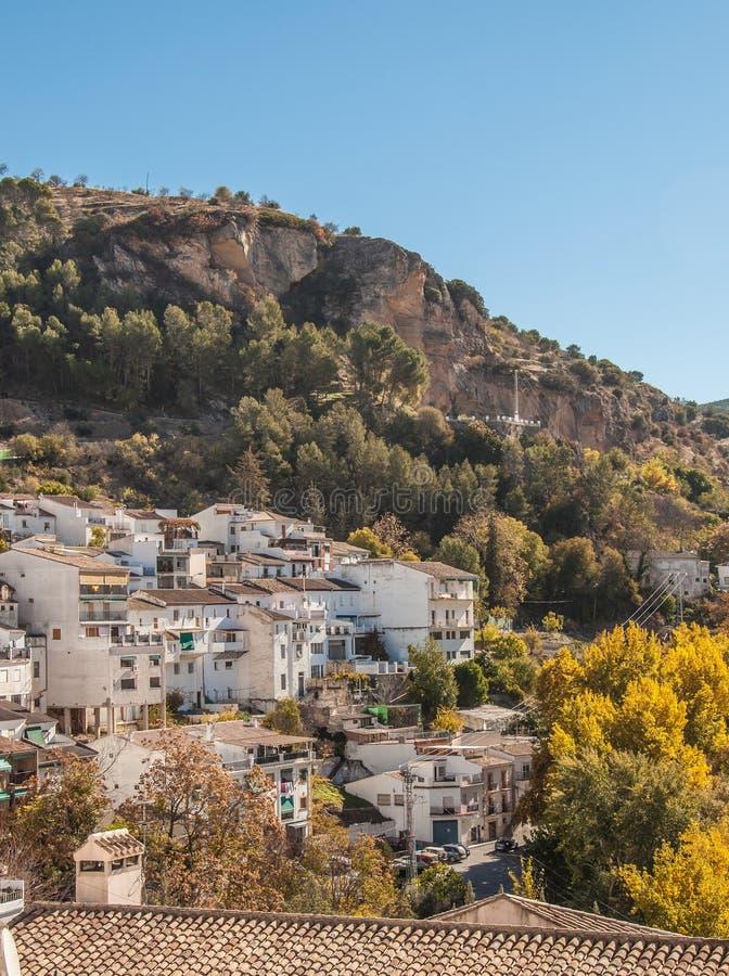 Una più nuova parte di Montefrio al piede di una montagna rocciosa immagine stock