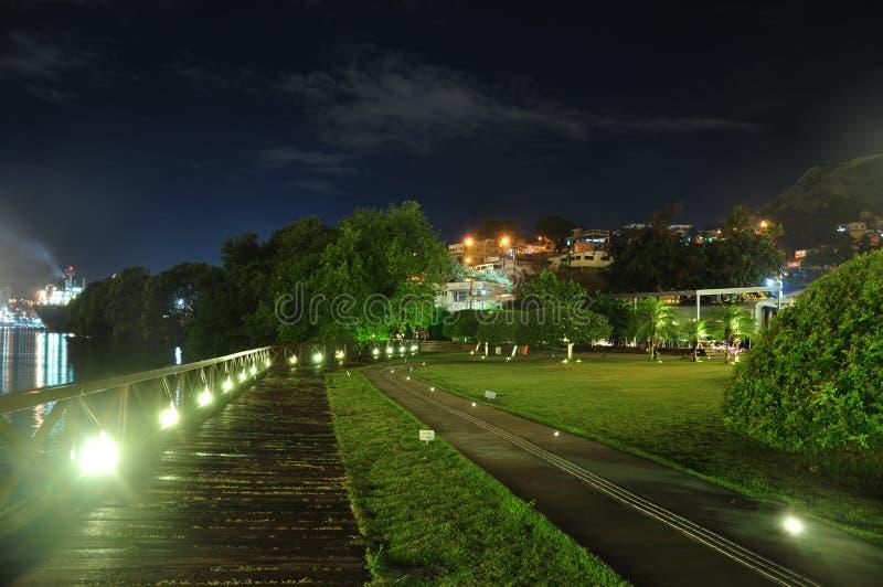 Una piattaforma accesa e verde fotografie stock
