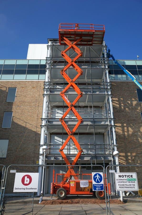Una piattaforma di Access dell'ascensore di forbici ad un cantiere in Inghilterra immagine stock