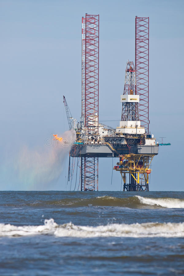 Una piattaforma di perforazione nell'oceano immagine stock libera da diritti