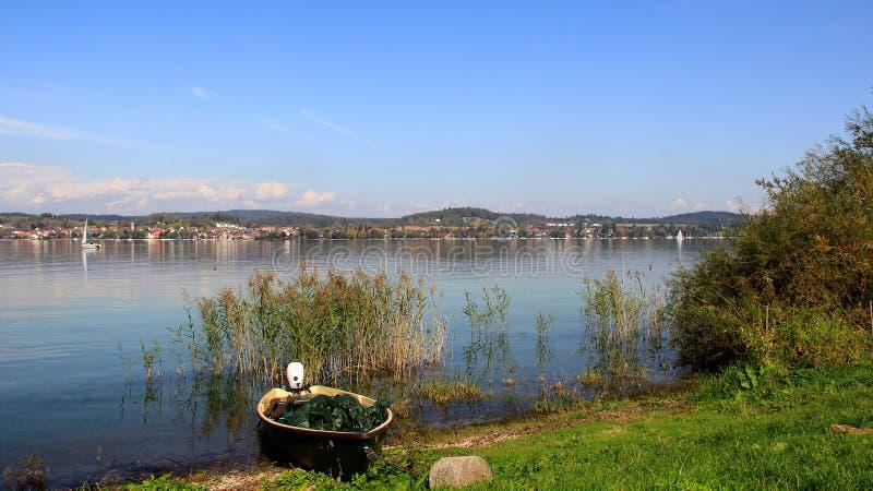 Una piccola barca con la vista del lago Bodensee fotografia stock