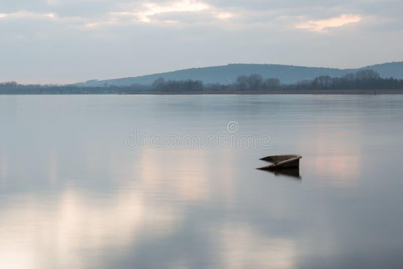 Una piccola barca quasi completamente sinked nel lago Umbria, Italia Trasimeno fotografie stock libere da diritti