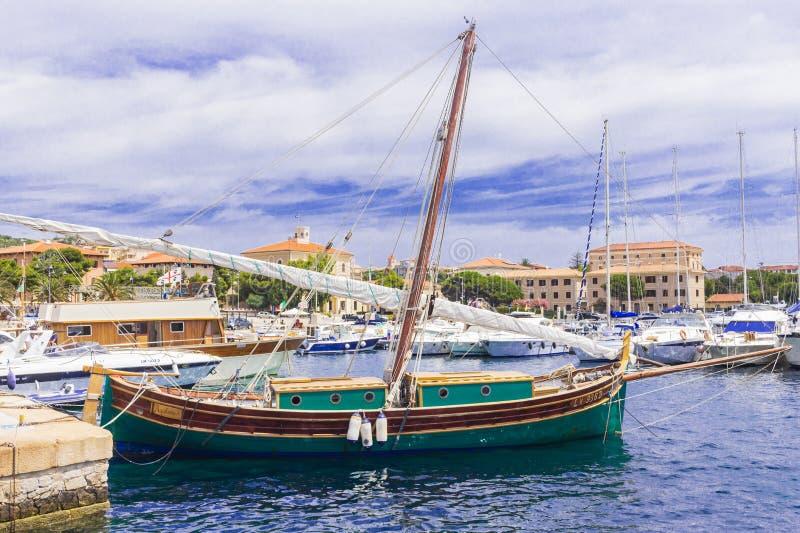 Una piccola barca a vela immagine stock