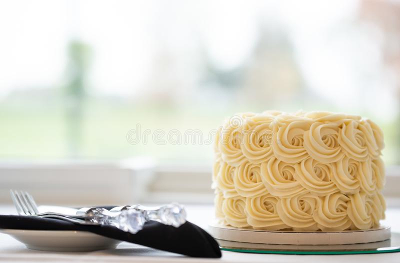 Una piccola bella torta nunziale fotografia stock