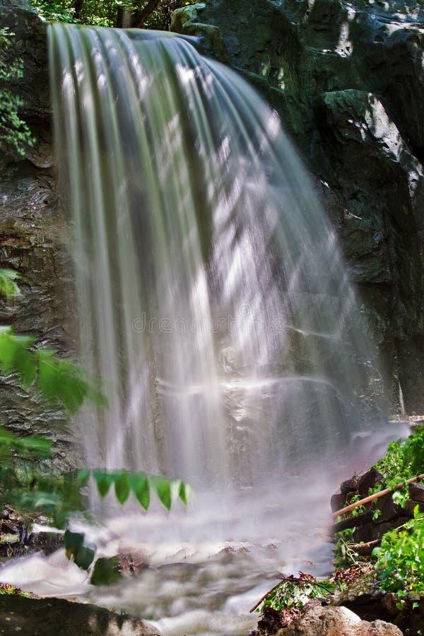 Una piccola cascata fotografie stock libere da diritti
