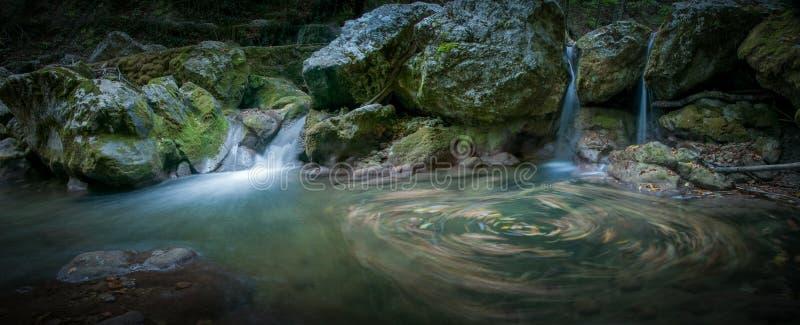 Una piccola cascata nella foresta immagini stock