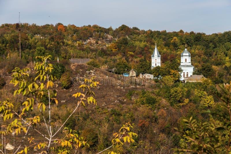 Una piccola chiesa ortodossa ucraina provinciale di legno del patriarcato di Mosca Regione di Odessa, Kodyma, 2012 fotografia stock