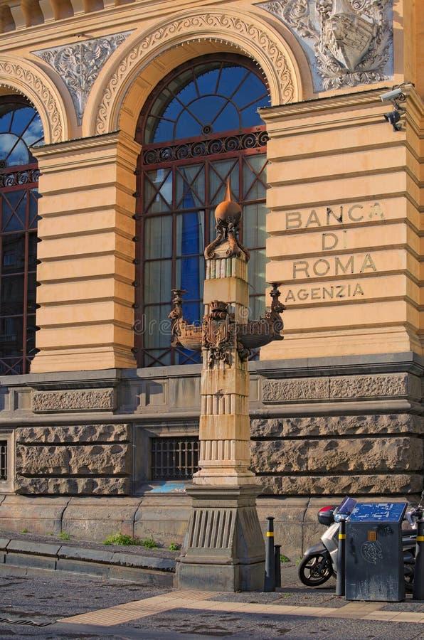 Una piccola colonna antica - decora la facciata della costruzione Piazza Giovanni Bovio Napoli L'Italia fotografie stock