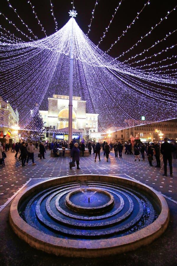 Una piccola fontana a forma di circolare in Victory Square in Timis immagine stock libera da diritti