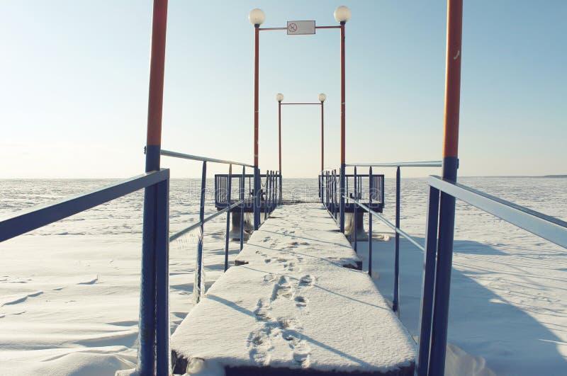 Una piccola passerella con le orme su neve fotografie stock