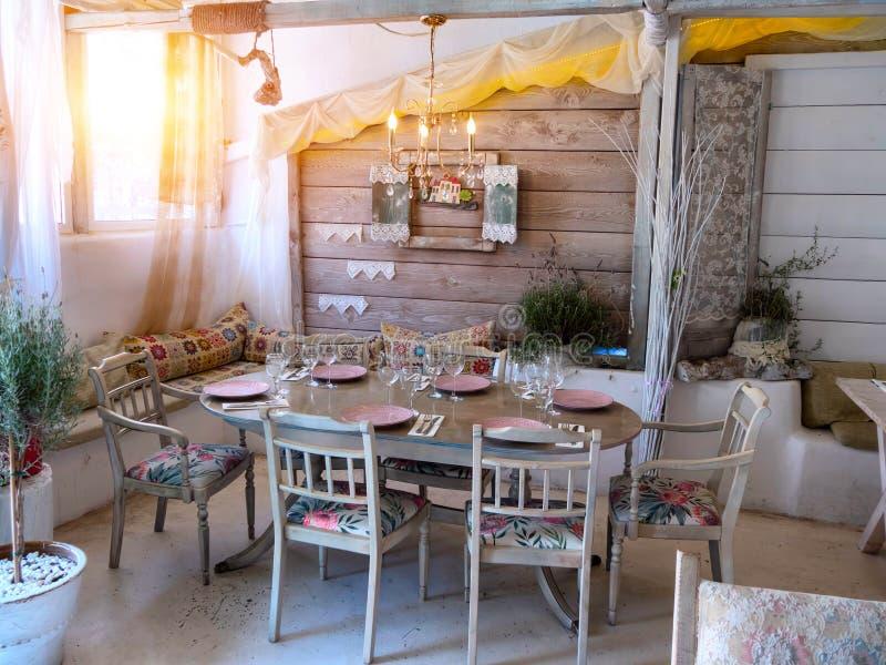 Una Piccola Sala Da Pranzo In Una Casa Rustica, Immagine Stock ...
