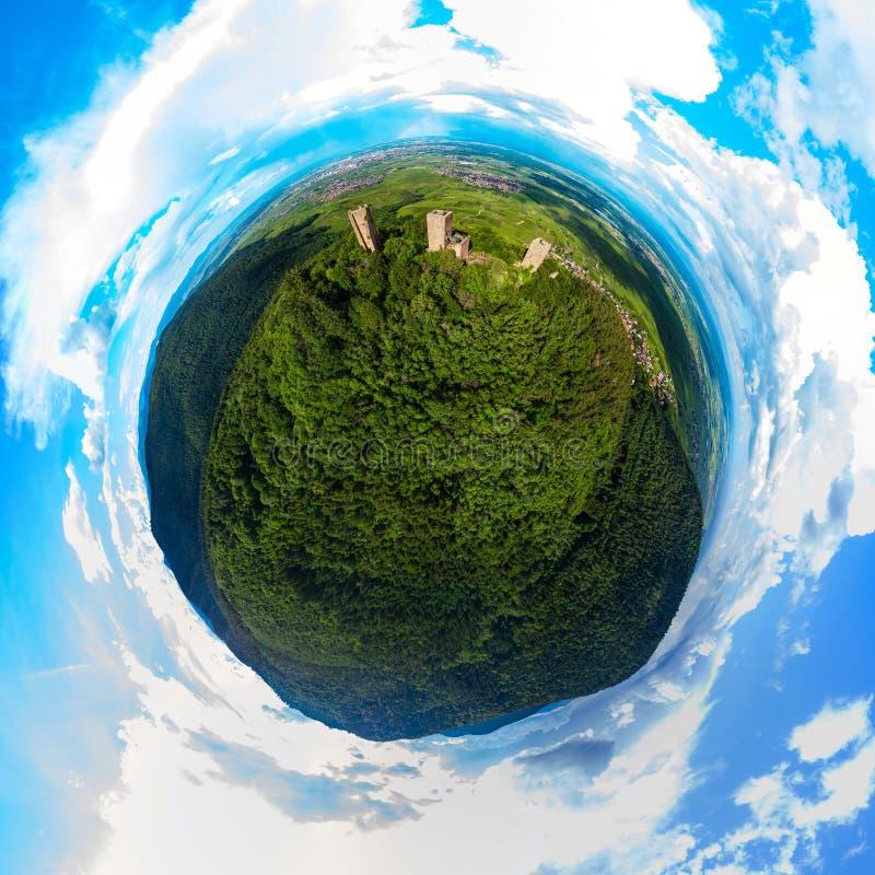 Una piccola vista sferica del pianeta di tre castelli vicino a Colmar, Alsac immagini stock