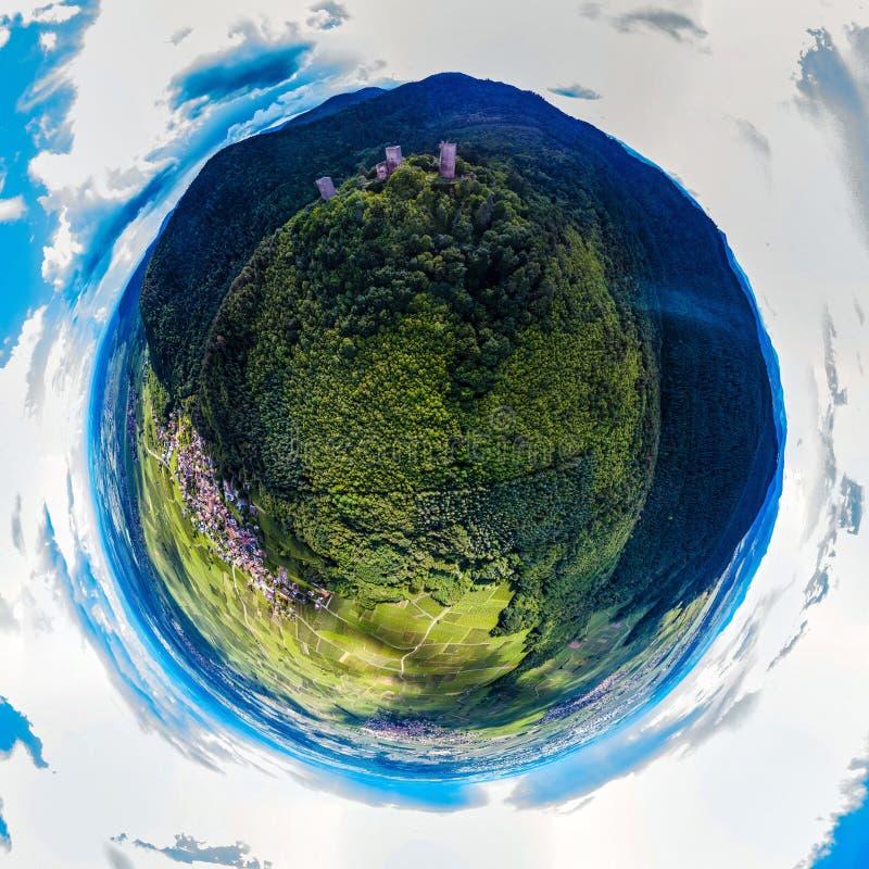 Una piccola vista sferica del pianeta di tre castelli vicino a Colmar, Alsac fotografia stock