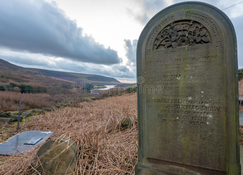 Una piedra grave solitaria se incorpora superior en el bosque máximo del distrito, Reino Unido fotografía de archivo libre de regalías