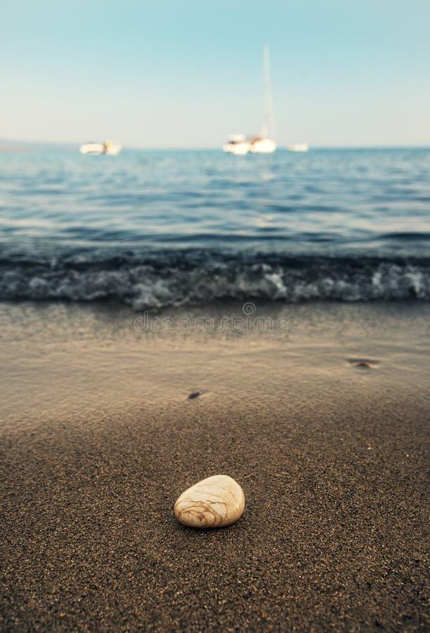 Una pietra alla spiaggia fotografia stock