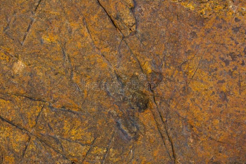 Una pietra grigia arancio marrone con i graffi profondi superficie naturale approssimativa di struttura immagine stock