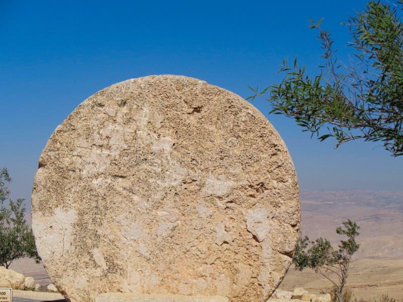 una pietra rotonda in un memoriale di Cristo fotografia stock