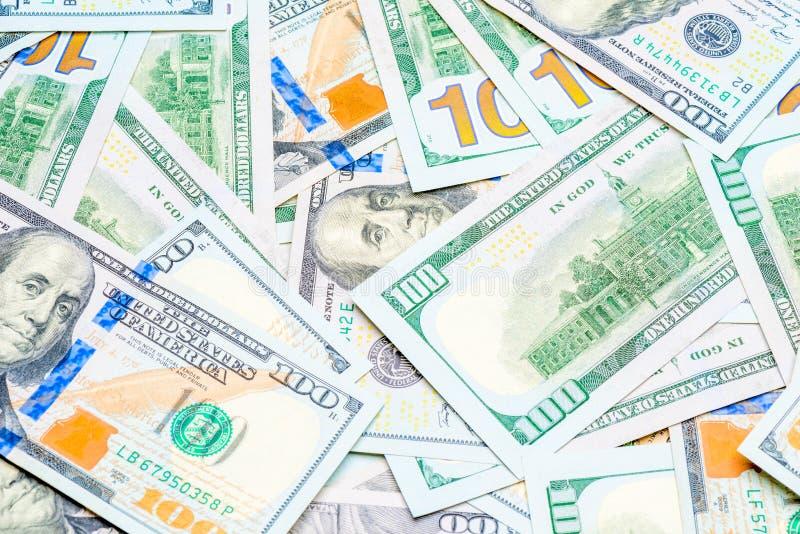 una pila de 100 billetes de d?lar cerca para arriba imagen de archivo libre de regalías