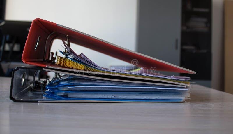 Una pila de carpetas con los documentos en la tabla fotografía de archivo libre de regalías