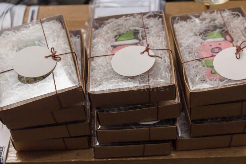 Una pila de cerdo de las galletas de los regalos de la Navidad en cajas imagen de archivo