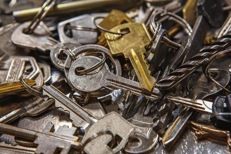 Una pila de diversas formas y de colores de las viejas llaves Mucho llave del vintage fotos de archivo libres de regalías