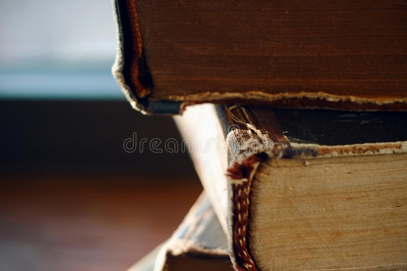 Una pila de espina dorsal de mentira de los libros viejos del golpe-para arriba del vintage adelante imagenes de archivo